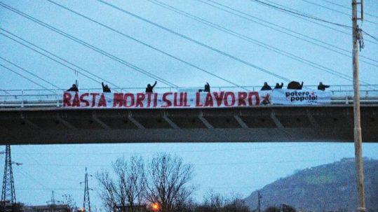 """Cosenza: Striscione """"Basta morti sul lavoro"""""""