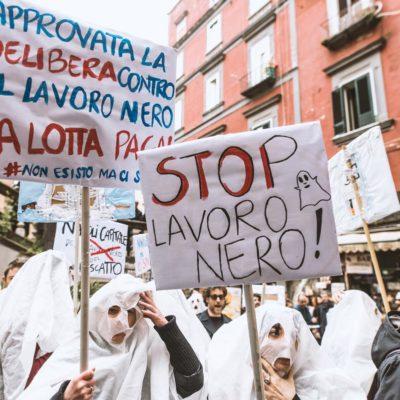 [Napoli] In pazza vestiti da fantasmi contro il lavoro nero!