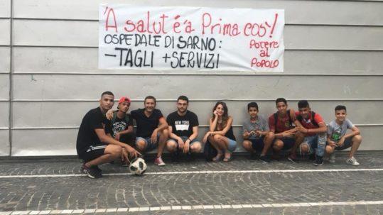 in piazza per manifestare sulla condizione dell'ospedale di Sarno