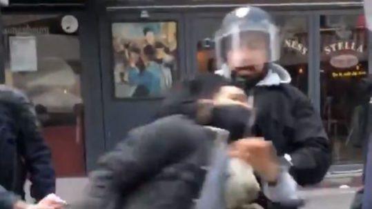 macron picchia manifestanti potere al popolo